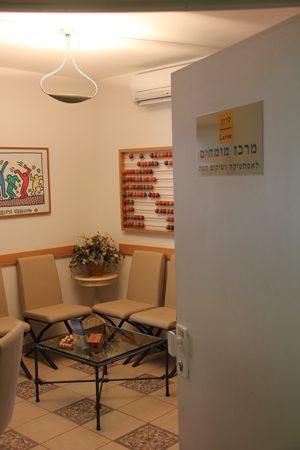 מרכז מומחים לשיקום פה ברעננה: הלבנת שיניים, השתלות שיניים