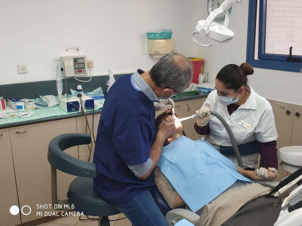 מומחה להשתלות שיניים בעבודה